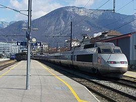 Quais de la gare: un TER pour Valence et un TGV pour Paris.