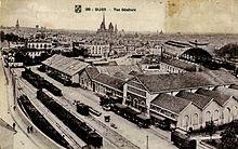 Carte postale du début du XXesiècle montrant une vue générale de la ville et de la gare