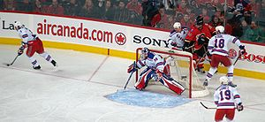 Photo d'une action de match entre les Rangers de New York et les Flames de Calagary près du but des Rangers.