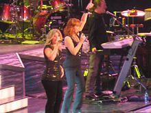 Kelly Clarkson et Reba McEntire lors de leur tournée 2 Worlds 2 Voices Tour