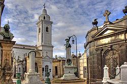 El Cementerio de la Recoleta, con abundante detalle arquitectónico, es donde se hallan sepultados grandes personajes de la historia argentina
