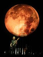 Roger Waters tocando en junio de 2006 en un concierto de su gira The Dark Side of the Moon Live de 2006.