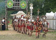 Roman soldiers with aquilifer signifer centurio 70 aC.jpg