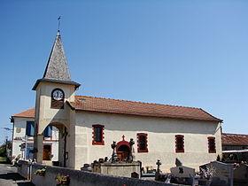 Église avec mairie en arrière plan