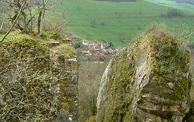 Le village de Saffres vu au travers des falaises