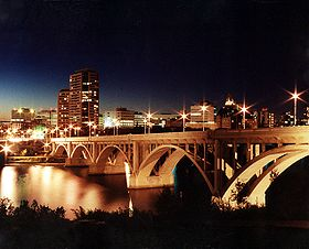 Vista nocturna de Saskatoon.