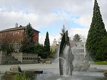 Vue d'une fontaine et de quelques bâtiments en arrière-plan de la Seattle University