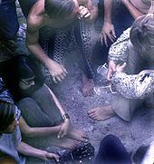 Groupe de hippies partageant un «joint» (photographie)