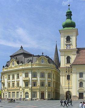 Grande Place: hôtel de ville (à gauche) et clocher de l'église catholique (à droite).
