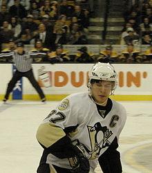 Photo de Sidney Crosby portant le numéro 87 et le C de capitaine des Penguins.