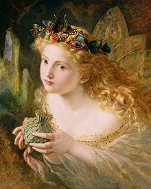 La peinture montre une fée regardant vers le peintre. Elle est habillée d'une robe décolletée et des ailes sont visibles dans son dos. Sur sa tête, des papillons multicolores forment un bandeau. Ses longs cheveux dorés sont bouclés. Elle tient entre ses mains un sachet.