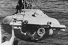 Photographie en noir et blanc de la soucoupe plongeante SP-350 hors de l'eau