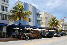 Photo de bâtiments Art déco dans une rue de Miami Beach.