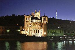 La Saône devant la basilique Notre-Dame de Fourvière et la primatiale Saint-Jean de Lyon à Lyon.