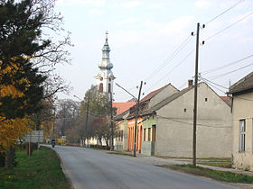 La rue principale de Stapar, avec l'église orthodoxe serbe
