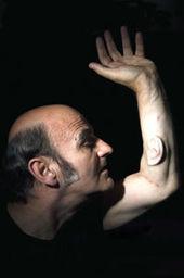 Un homme avec une oreille sur le bras gauche