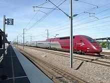 Une rame TGV PBKA du service Thalys traverse sans arrêt la gare de TGV Haute-Picardie.