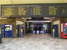 Dans le hall de la gare, le panneau des départs et arrivées