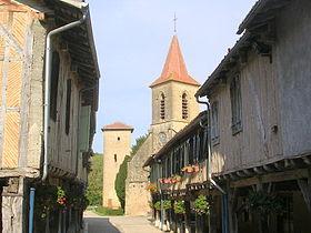 Rue prinicpale du village et église de Tillac (Gers)