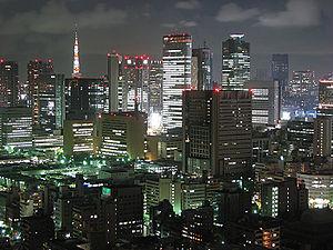Vista nocturna de la metrópolis de Tokio.