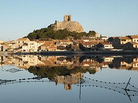 Vue sur le village de Gruissan dominé par la Tour Barberousse