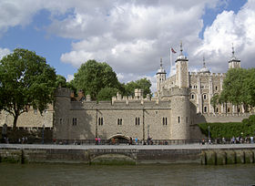La Tour de Londres vu depuis la Tamise.