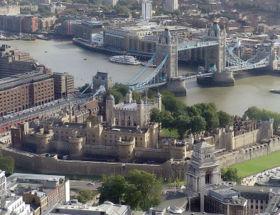La tour de Londres. Au centre de la forteresse: la tour Blanche; sur la Tamise: le Tower Bridge