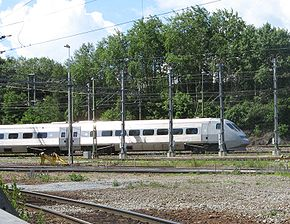 Un X2000 entre les gares d'Älvsjö et d'Årstaberg.