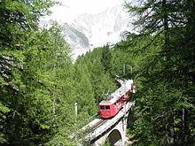 Photographie du train du Montenvers sur la voie montant à la mer de Glace