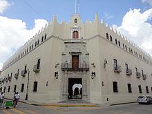 Fachada principal del edificio de la Universidad Autónoma de Yucatán.