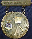 USAF Bronze EIC Rifle Badge with Wreath.jpg