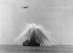 Explosion d'un obus au phosphore (Première Guerre mondiale).