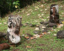 Photographie de deux des trois tikis en tuf rouge du site de Meiaute.