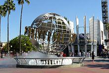 Photographie d'une fontaine des studios Universal, où apparaît le globe du logo de la société de production