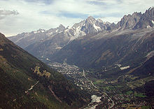 Photographie de la vallée de Chamonix. Au 1er plan Les Houches, au centre la ville de Chamonix et au fond l'aiguille Verte