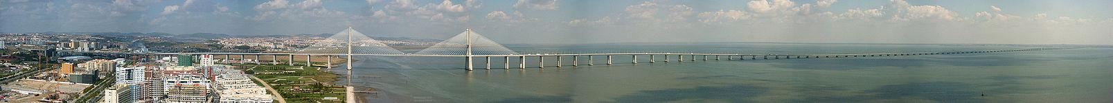 Vista da Ponte Vasco da Gama do topo da Torre Vasco da Gama.