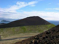 Vue du cône volcanique de l'Eldfell depuis l'Helgafell.