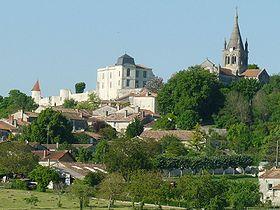 Le château et l'église de Villebois vus depuis la route de Ronsenac