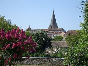 La petite ville de Gémozac, dominée par l'église Saint-Pierre