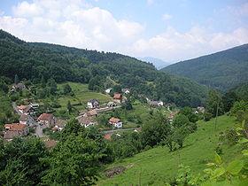 Vue du village entouré de montagnes.