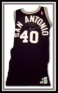 maillot noir numéro 40 des Spurs.