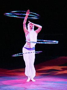 YELENA LARKINA Hula-Hoop-Spielen aus 1001-Nacht Zirkusvorstellung.JPG