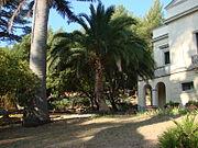 Le parc du Plantier avec la façade principale de la maison classée et un phoenix.